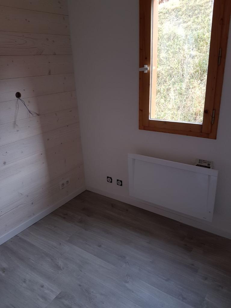chambre sol parquet et mur lambris