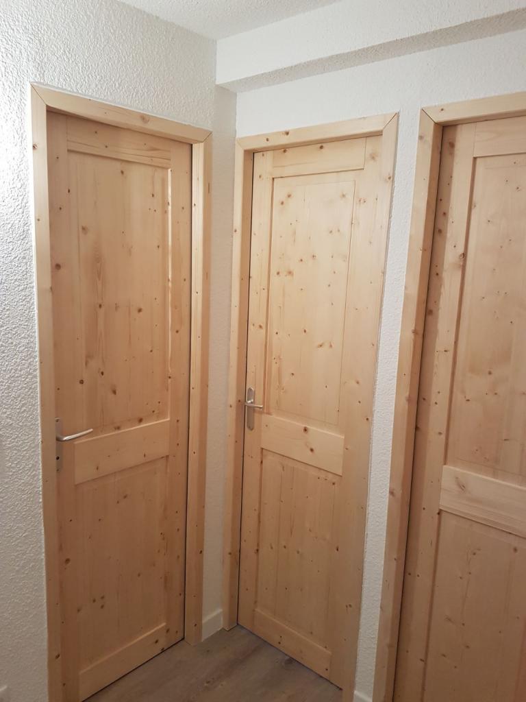 Mise en place de portes en bois
