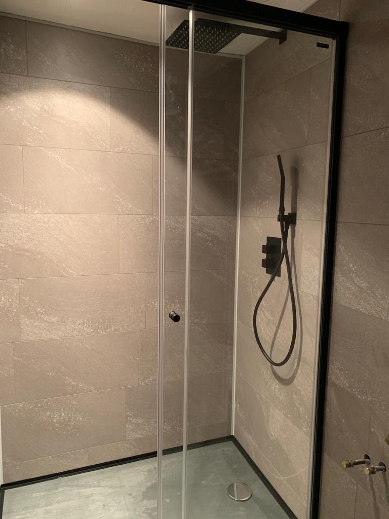 Cabine de douche avec revêtement PVC